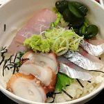 きくのこ - きくのこ @有楽町 本日はカンパチ・鯖・蛸が盛り込まれる ランチ 海鮮丼