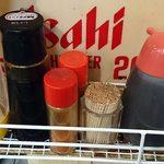 きくのこ - きくのこ @有楽町 卓脇に下げられる調味料類