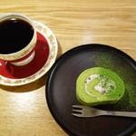 コヤマ コーヒー - スイーツの仕上げと盛り付けも目の前で丁寧にしてくれます。