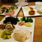 GRAND HOURS - 前菜・サラダ・パン・スープ・ソフトドリンクがビュッフェスタイルで、 メインをパスタ・魚・肉などから選びます。