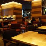 GRAND HOURS - 広めで雰囲気良い空間で、前菜ブッフェ付きランチを楽しめます。