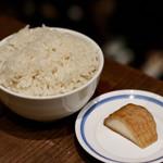 餃子とスパークリング バブルス - 「波へい」のオデン出汁で炊いたご飯