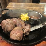 98053537 - 牛肉の様々な部位のお肉を集めたお得なカットステーキです!