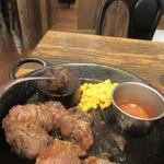 98053538 - 焼き具合は鉄板の上にある焼かれた石焼で調整します。                                              乱切りなんで柔らかい肉や歯ごたえのある肉など色々楽しめました。