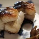 98060647 - ⑪鰻(滋賀県琵琶湖産)の炭火焼き、ミズ                       皮がパリッとして芳ばしく、初冬で旬のど真ん中なので脂のりが良く濃厚な脂の旨みが拡がります。                       ミズは、シャキシャキの歯触りとトロっとした食感で美味しい。