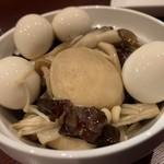 山屋バル - キノコとうずらタマゴのピクルス
