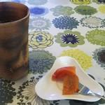 マルサ マルシェ カフェ - 温かいむぎ茶とあんぽ柿(干し柿)はサービスで