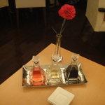 9808813 - テーブルのカーネーションと調味料