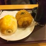ベーカリーカフェ デリーナ - ちくわパンと青のり揚げちくわパン。仲良しか。
