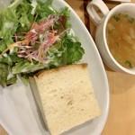 イタメシヤ ヴィーノ&エパスト - サラダと自家製パンとスープ