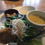 ブリックカフェ - 前菜はサラダ、スープ、なぜかレンコン天ぷら、ポテトサラダなどなど
