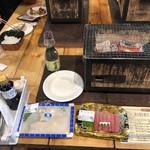 98084616 - 最初に別のお店で買った、生イカと本マグロ大トロ。                       イカは柔らかく甘みもあり、美味しいイカ刺でした。イカそうめんみたいじゃなく、イカうどんって言う方があうかなw