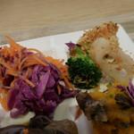 アンテナショップ ピエトロドレッシング - にんじんとクランベリーのラペ、温野菜のシチリア風パン粉のせ