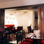 カフェ・ラ・ミル - 店内 お客さんが帰ったあとも食器は下げらていない。