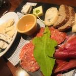 98102205 - 生ハムとチーズ、タパスの盛り合わせ