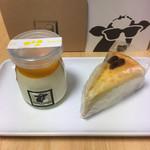 Farm Designs - 左がマンゴーパッション レアチーズケーキ。その隣は名前が分からないのですが、ラムレーズンのチーズケーキかと⁉︎ ('18/12/08)