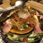 あばら大根 - 炙りベーコンと彩り野菜の半熟卵バジルサラダ