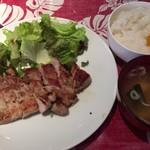 クイントアロー - トンテキ+ご飯、味噌汁、サラダ食べ放題