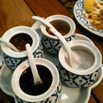 マイペンライ - クルワンプルーンというそうですが、タイ料理の定番・調味料4点セットは言えば出してくれます。ナンプラー、唐辛子粉、砂糖、唐辛子の酢漬。いつも後で気付き出してもらう。