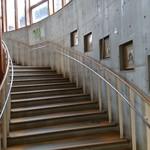 98138025 - 階段で2階に上がるとお食事ができます。休憩所もあります。