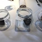 98140004 - 左からサマートリュフ、黒トリュフ、白トリュフ