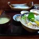 ふるさと家族 - 料理写真:海鮮丼定食・1000円(税込み)  食べても食べても減らない大根のつまに参りました!!     いくらなんでも多すぎるでしょう〜┐(´д`)┌