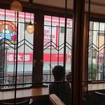 ふなわかふぇ - 窓の前のカウンター席