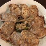 98146223 - 手打ち餃子の焼餃子  8個  740円税抜                         大きくて肉肉しい餃子。これは美味い!