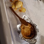 98153279 - はちみつのサブレとアイス。金柑添え。ゴルゴンゾーラタルト。スプーンはクッキー生地で作られている。