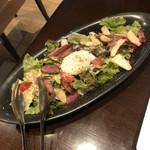 イタリアンバル グラーノドォーロ - 白金豚ベーコンときのこの温製サラダ  温泉卵のせ  880円