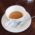 倉式珈琲店 - コーヒーを注いでミルクと角砂糖をいれます。