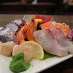 日本料理 はら田 - 鯵2切れ、帆立、タコ2切れ、カニカマ2本、   海老、赤身3切れ、カンパチ2切れ、サーモン2切れ