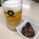 ばんや - ビール470円とお通し。いわしの煮付け。