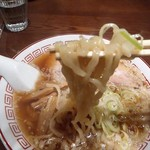 98160294 - 多加水熟成された中太平打ちちぢれ麺がモッチリ食感で美味い。
