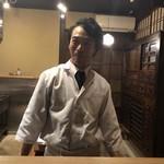 98166631 - 若々しい光安さん。職人的な学者風料理人。