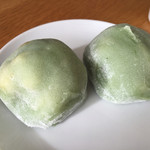 不朽園 - 白菜大福 2個入(?円 税込)評価=◯ お餅はモチモチ。白菜の漬物と餡子は意外と合います!