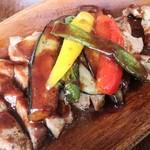 ビガラード - 豚のソテー赤ワインバターソースのアップ
