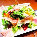 98171910 - イタリア産生ハムと彩り野菜のサラダ