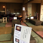 蕎遊庵 - 小上がりの席です。沢山の木鉢が並んでいます。