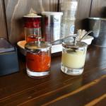クリーミーTonkotsuラーメン 麺家神明 - 卓上の辛味増し調味料やにんにく