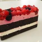 クランプウッズ コーヒーファクトリー - 料理写真:いちごとベリーのケーキ