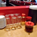 第7ギョーザの店 - 卓上に常備された調味料類