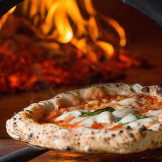イタリア直輸入の本格薪窯ピッツァ