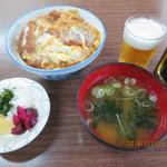 98205204 - カツ丼,瓶ビール(サッポロ生ビール黒ラベル)