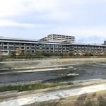 98205790 - ザ・リッツ・カールトン京都を鴨川越しに望む