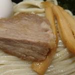 久臨 - 久臨 @台場 つけ汁から取り出した硬めのチャーシューとシャキシャキ食感のメンマ