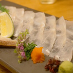 98216267 - 高級魚と知られるアラ(クエ)の刺身。