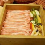98216278 - 糸島豚ロースと旬菜のせいろ蒸しを頂きました。 美しく盛られた豚スライスと野菜が入った大きなセイロを卓上で蒸します。