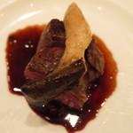 アロマクラシコ - 牛フィレ肉の炭火焼き  旨味赤ワインソース  カルドンチェッロ茸の笠  丸ごとをのせて