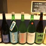 酒まる / SAKEmaru - バーで提供している日本酒は店舗で販売している銘柄以外にも、入れ替えで全国から取り寄せています。